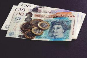 Englannissa ehdotetaan 100 punnan kuukausirajaa pelaamiselle