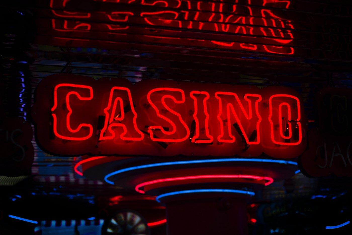 Musiikki ja elokuvat teemoina kasinoiden kolikkopeleissä